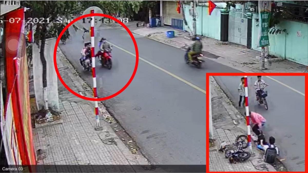 Hình ảnh 2 học sinh bị người đi xe máy đạp ngã xuống đường được cắt từ video.