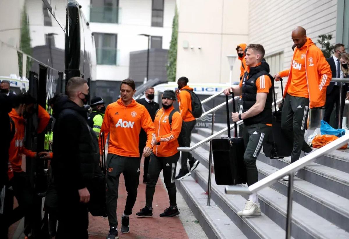 Cầu thủ MU được cảnh sát hộ tống rời khách sạn Lowry sau khi trận đấu với Liverpool trong khuôn khổ vòng 33 Premier League bị hoãn vì CĐV biểu tình phản đối các ông chủ nhà Glazer.