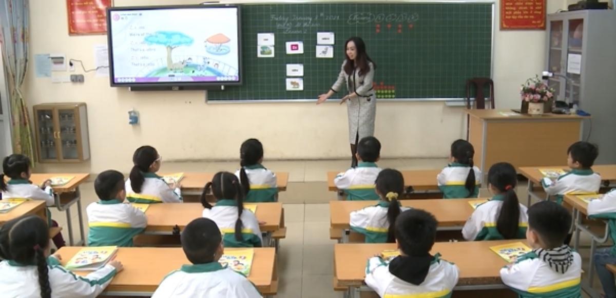 Giáo viên sử dụng Sách Mềm trong giảng dạy môn Tiếng Anh.