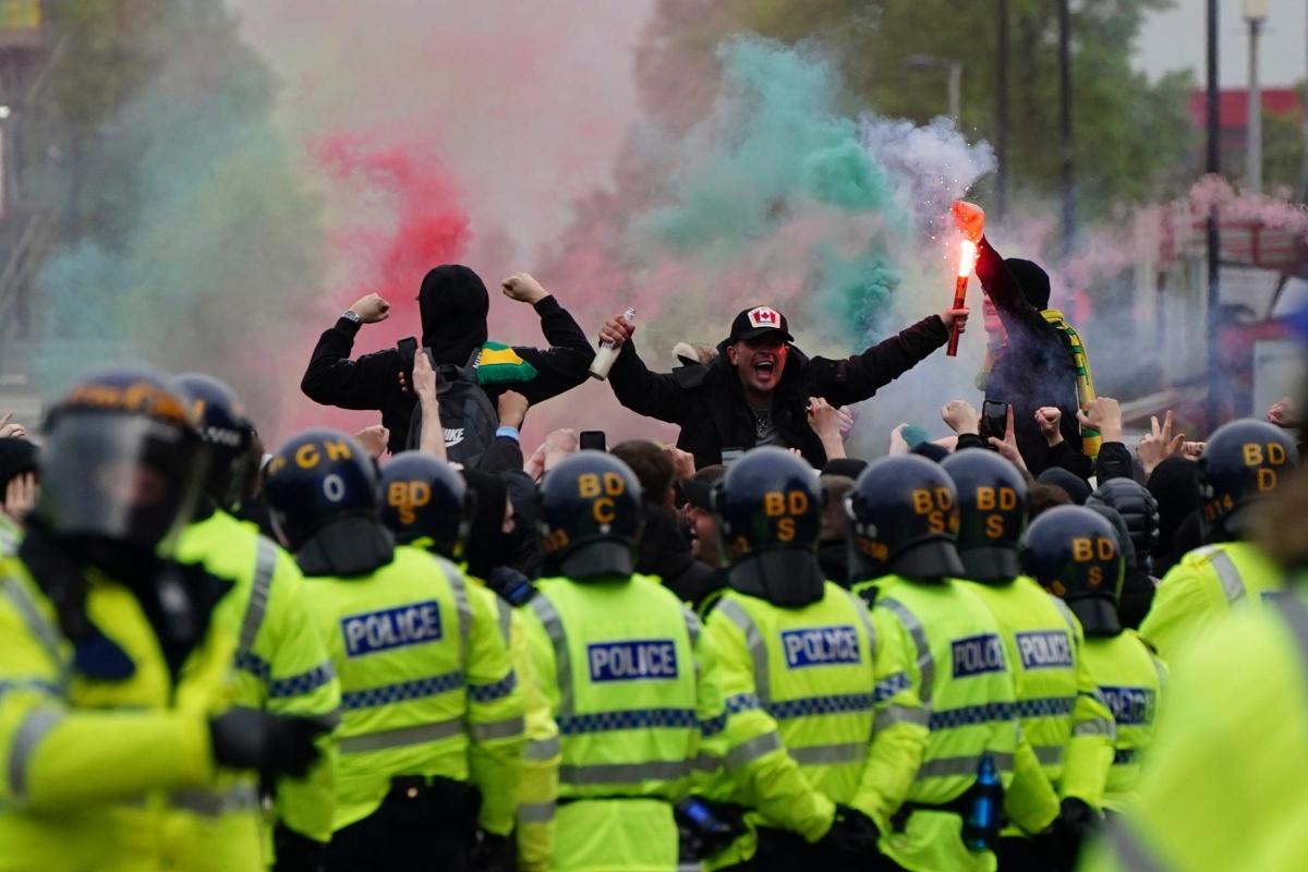 Tuy nhiên, an ninh đã được thắt chặt ở sân Old Trafford khiến CĐV quá khích không thể tràn vào trong sân làm loạn như hôm 2/5.