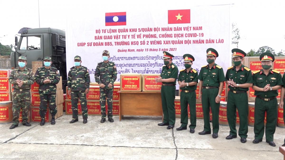 Đại diện Bộ Tư lệnh Quân khu 5 tổ chức bàn giao trang thiết bị, vật tư y tế phòng chống dịch Covid-19