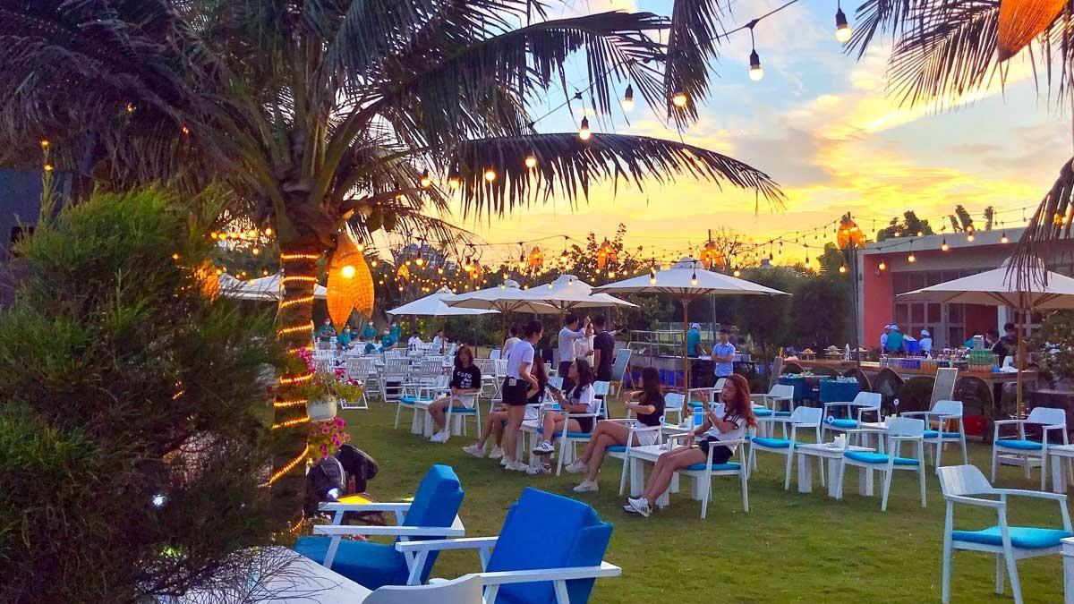 Aqua Chill Bar Sầm Sơn gây ấn tượng với nhiều không gian thư giãn khác nhau trải dài bên bãi biển hay cạnh bể bơi tuyệt đẹp trong khu resort 5 sao của quần thể nghỉ dưỡng FLC Sầm Sơn.