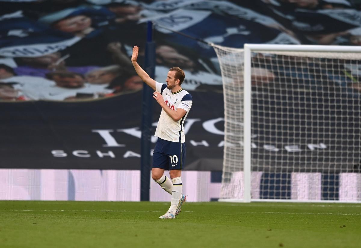 Harry Kane vẫy chào tạm biệt CĐV Tottenham sau thất bại 1-2 trước Aston Villa ở vòng áp chót Premier League 2020/2021.