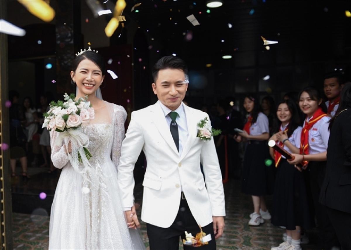 Ngày 17/4, ca sĩ Phan Mạnh Quỳnh và Khánh Vy tổ chức hôn lễ tại quê nhà của chú rể ở Nghệ An. Lễ cưới tại quê của cô dâu (Nha Trang) diễn ra ngày 24/4. Cặp đôi dự tính sẽ tổ chức một buổi lễ nữa tại TP.HCM vào ngày 7/5. Tuy nhiên, sự xuất hiện trở lại các ca COVID-19 trong cộng đồng khiến kế hoạch này bị phá vỡ.