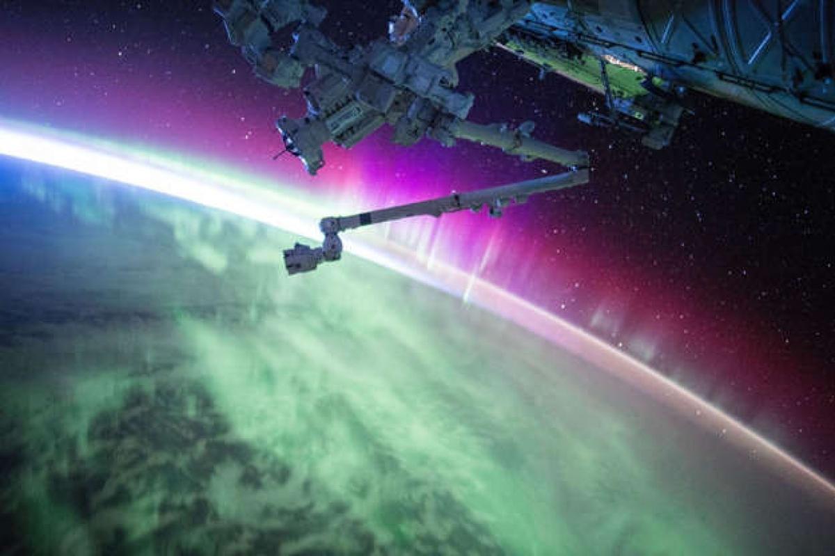 Trong khi chúng ta phải đi tới những vùng xa xôi nhất trên Trái Đất để ngắm cực quang - màn biểu diễn ánh sáng ngoạn mục của Mẹ Thiên nhiên, thì các phi hành gia luôn có vị trí thuận lợi nhất để chiêm ngưỡng hiện tượng này.