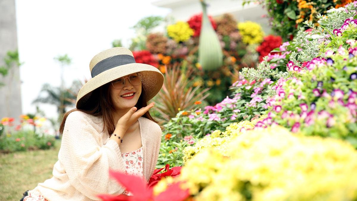 """Với chủ đề """"Sắc hoa giữa lòng kỳ quan"""", khu vực khuôn viên của quần thể được trang trí bằng hàng trăm ngàn cây hoa cẩm tú cầu, hồng ngoại, thiên điểu, ngọc thảo, ngũ sắc, thu hải đường…"""