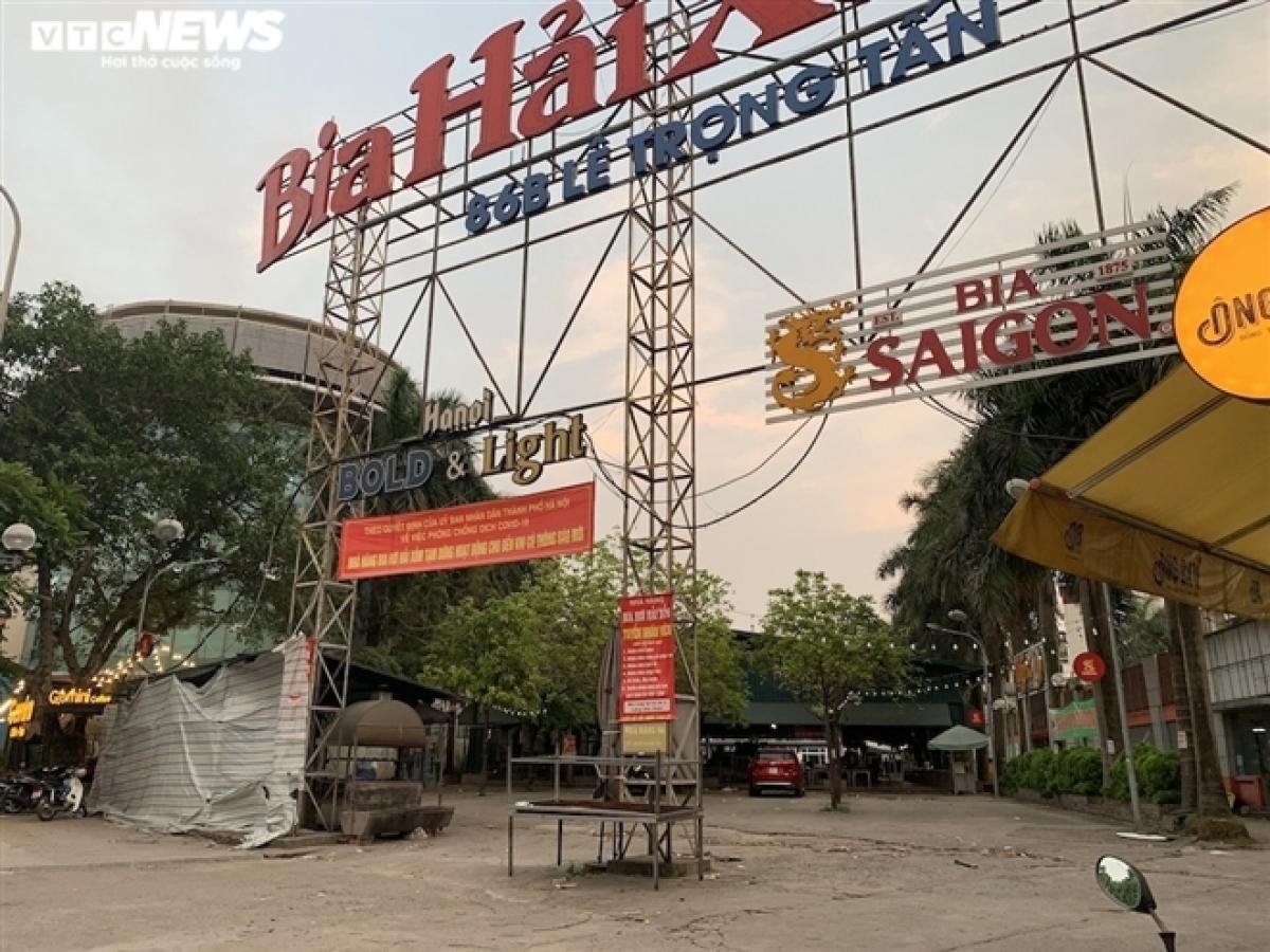 Quán bia Hải Xồm nằm trên đường Lê Trọng Tấn (Khương Mai, Thanh Xuân) treo biển thông báo tạm nghỉ theo chỉ đạo của UBND TP Hà Nội ngay từ ngoài cửa.