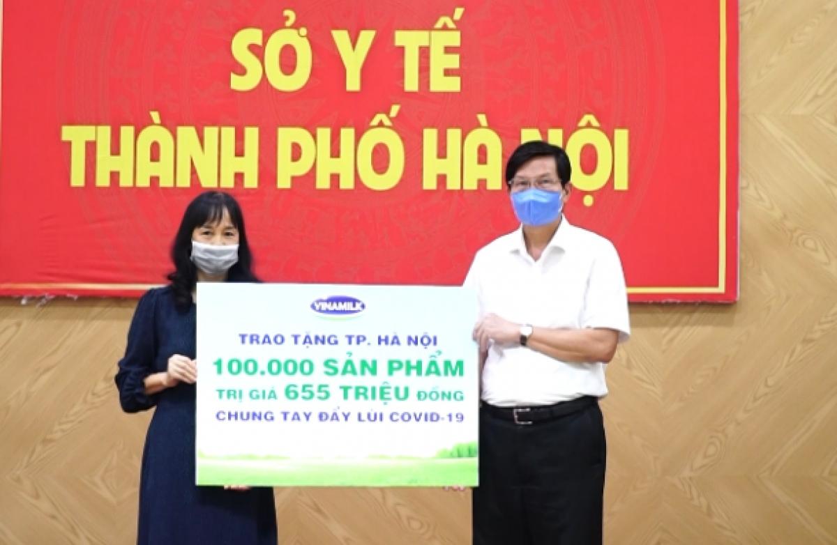 Gần 100.000 sản phẩm, tương đương hơn 655 triệu đồng, đã được Vinamilk trao tặng đại diện Sở Y tế TP Hà Nội.