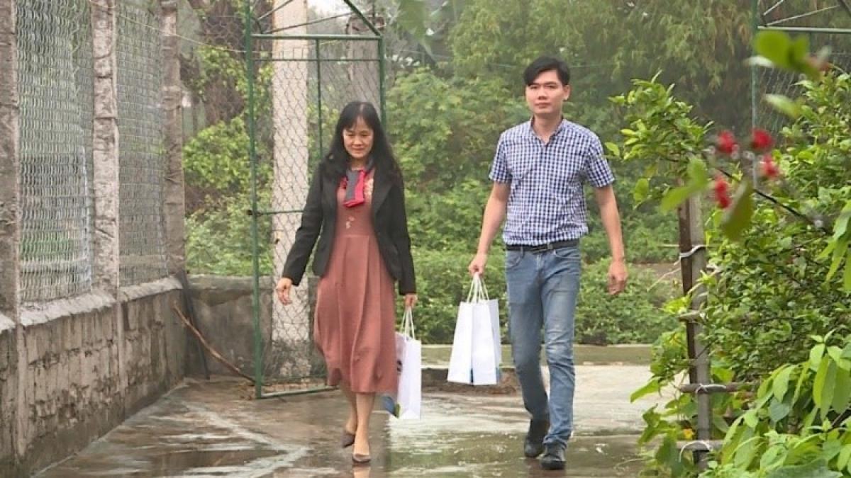 Đại diện đại lá lành Vinamilk đến thăm gia đình chị Quý Thu tại tỉnh Ninh Bình.