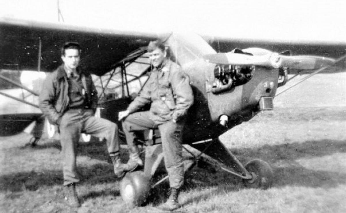 """Hai Trung úy phi công Mỹ Merritt Duane Francies (trái) và William Martin bên chiếc """"Miss Me?""""; Nguồn: historygreatrussia.ru"""