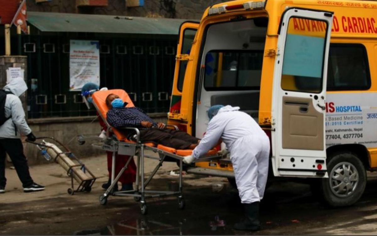 Nhân viên y tế đưa người bệnh Covid-19 tới bệnh viện. (Ảnh: Reuters)