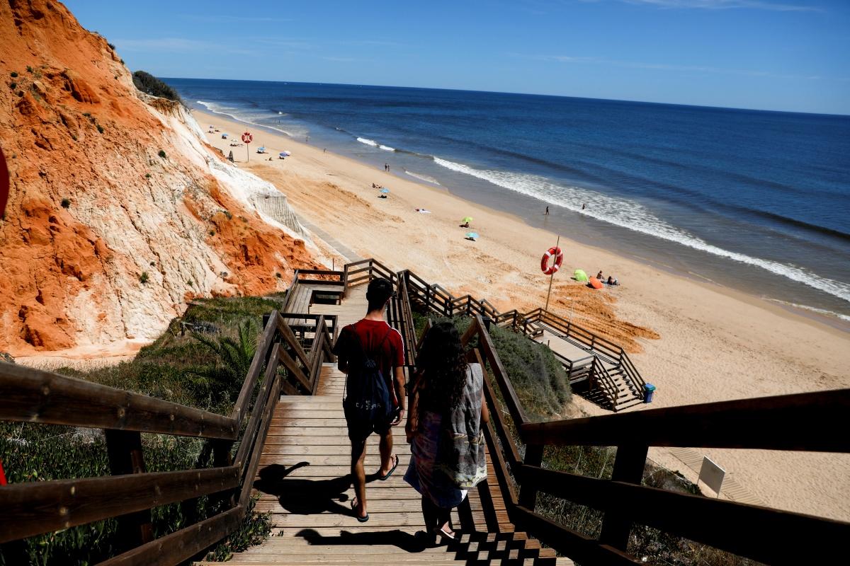 Những bãi biển nắng ấm ở Bồ Đào Nha ở điểm đến ưa thích của du khách Anh. Nguồn: Reuters