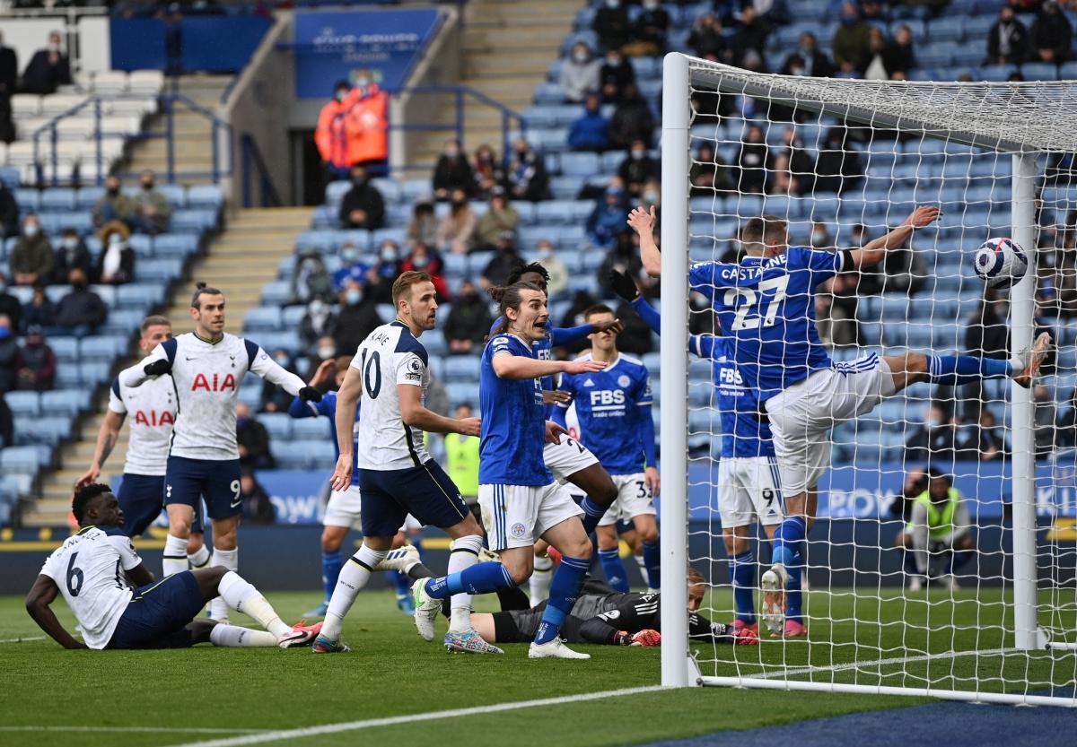 "Thủ môn Schmeichel ""báo hại"" Leicester. (Ảnh: Reuters)"