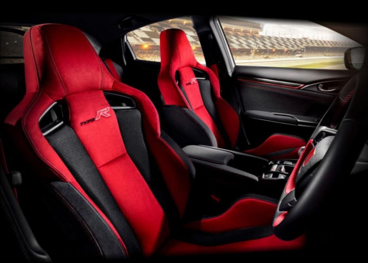 Không gian nội thất xe được bao trùm bởi hai màu đỏ-đen.
