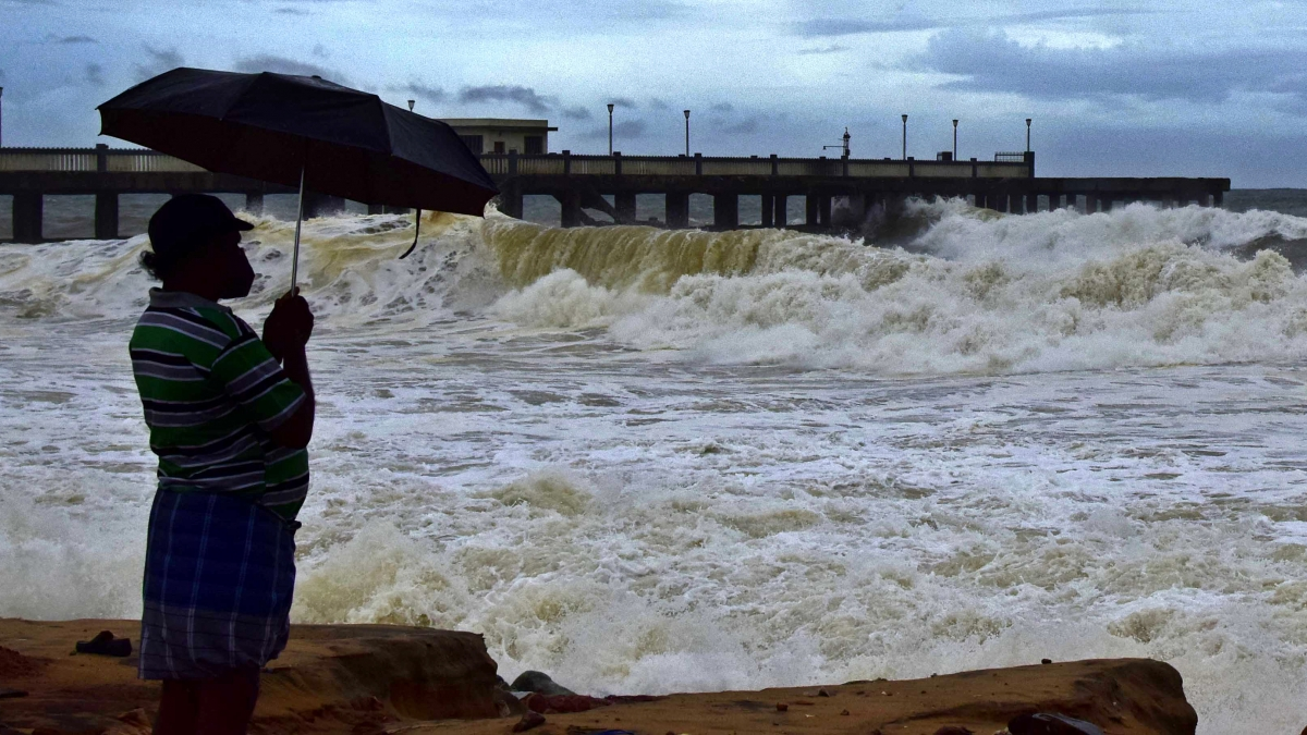 Triều cường và sóng lớn do bão Tauktae gây ra tại vùng biển gần thành phố Thiruvananthapuram, bang Kerala, Ấn Độ. (Ảnh: ANI)