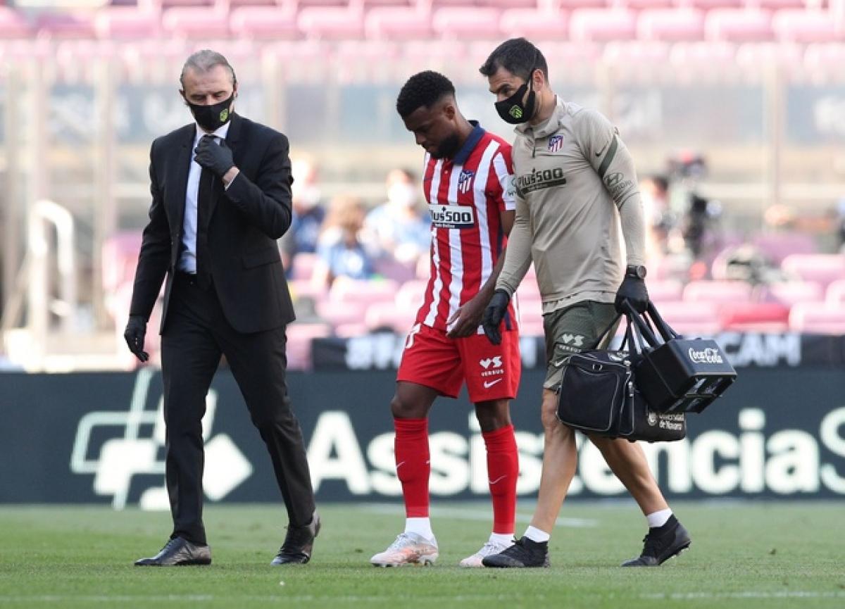 Lemar rời sân bất đắc dĩ. (Ảnh: Reuters)