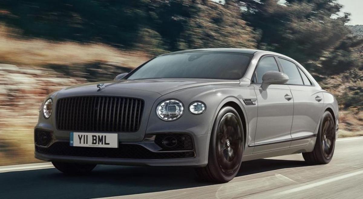 """""""Chiếc sedan bốn cửa tốt nhất thế giới"""" giờ đây được trang bị thêm công nghệ và tăng độ tiện nghi cùng với đó là nội thất cũng như màu sơn ngoại thất Cambrian Grey mới."""