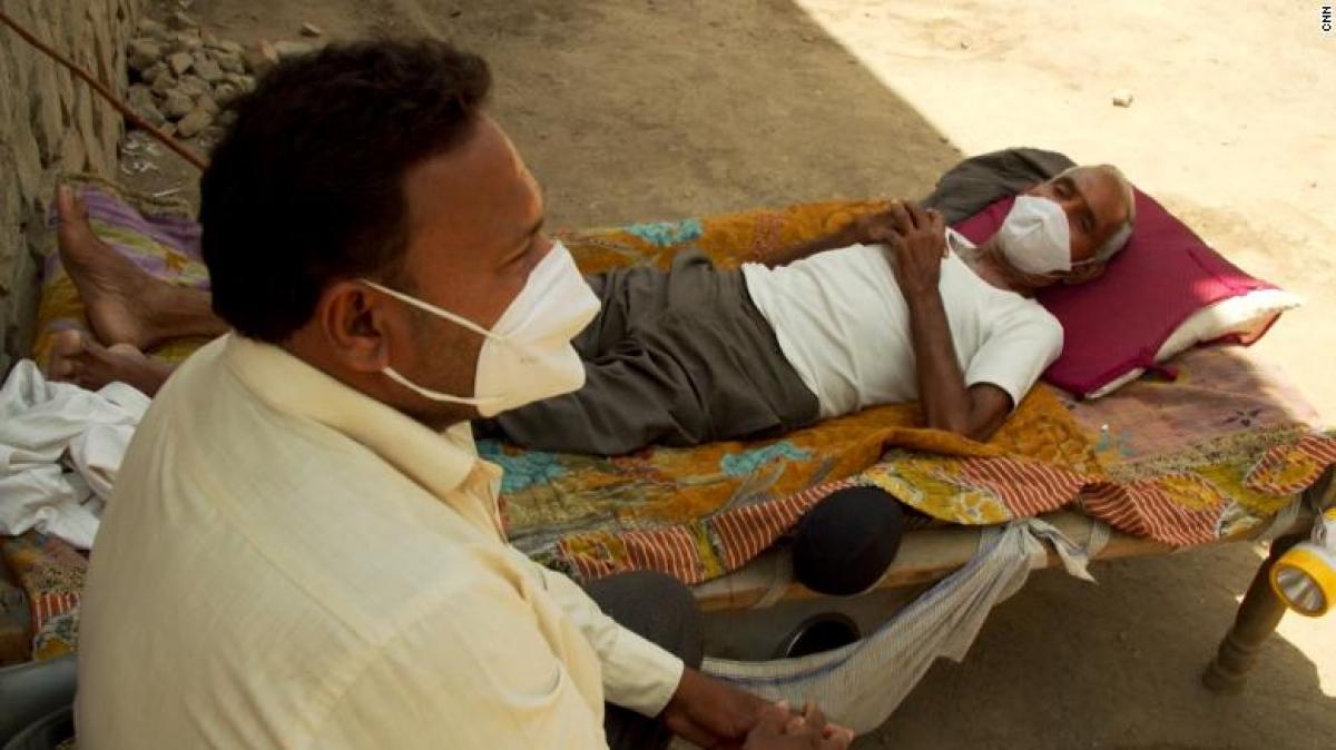 Makwana đã cố gắng đưa người cha mắc Covid-19 tới 4 bệnh viện khác nhau ở các thị trấn lân cận nhưng đều không còn chỗ trống. Ảnh: CNN