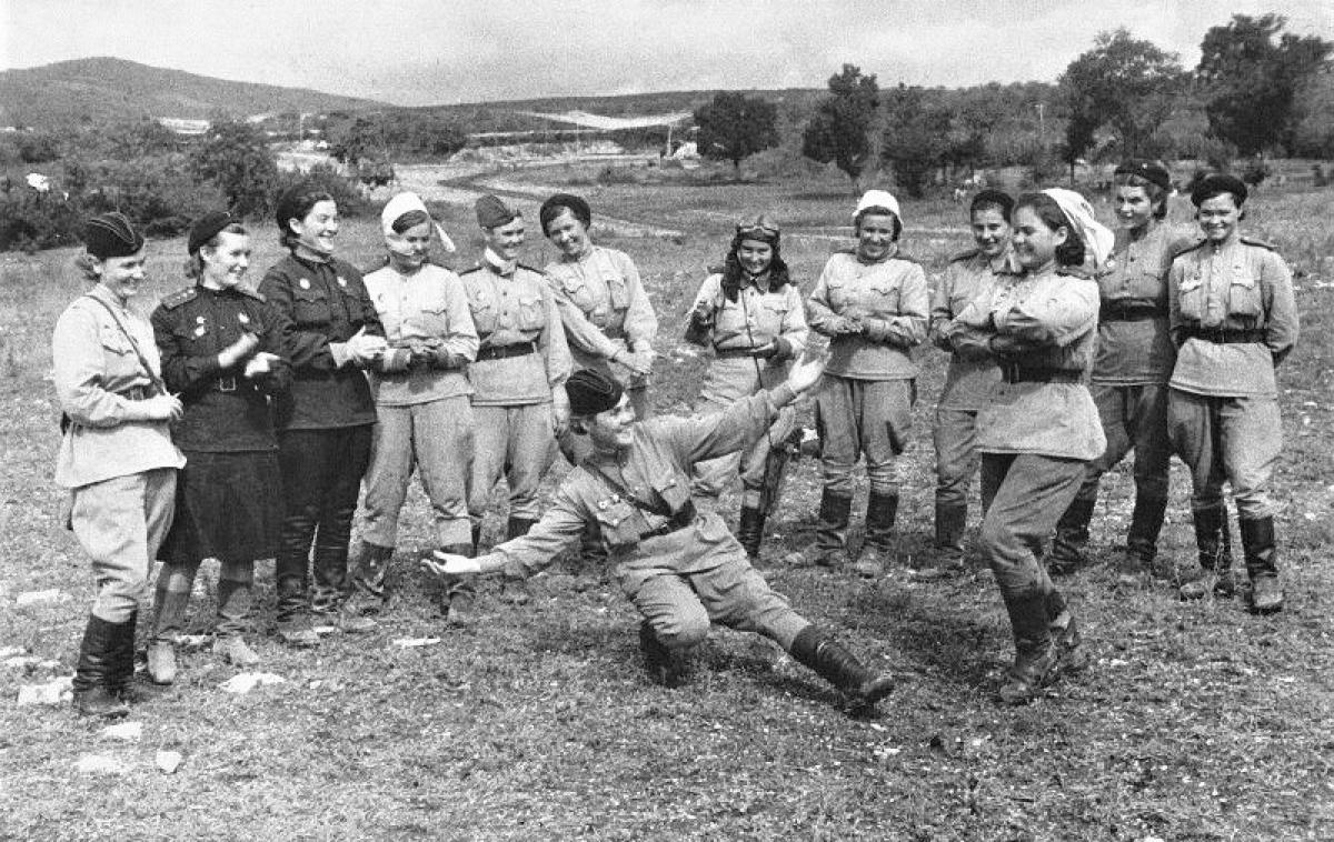 Giây phút thư giãn của các nữ phi công của Trung đoàn nữ Không quân số 46 (Sư đoàn Taman).