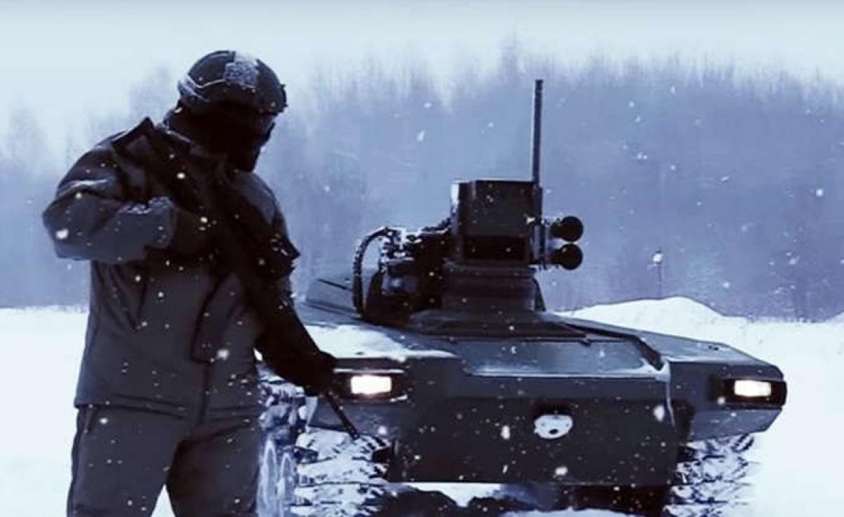 Một quân nhân Nga bên cạnh phương tiện quân sự tự hành. Ảnh: Newsweek