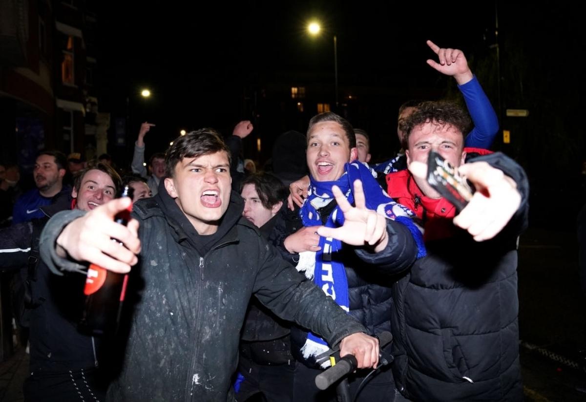 Các cổ động viên Chelsea ăn mừng khi đội nhà vào chơi trận chung kết gặp Man City./.