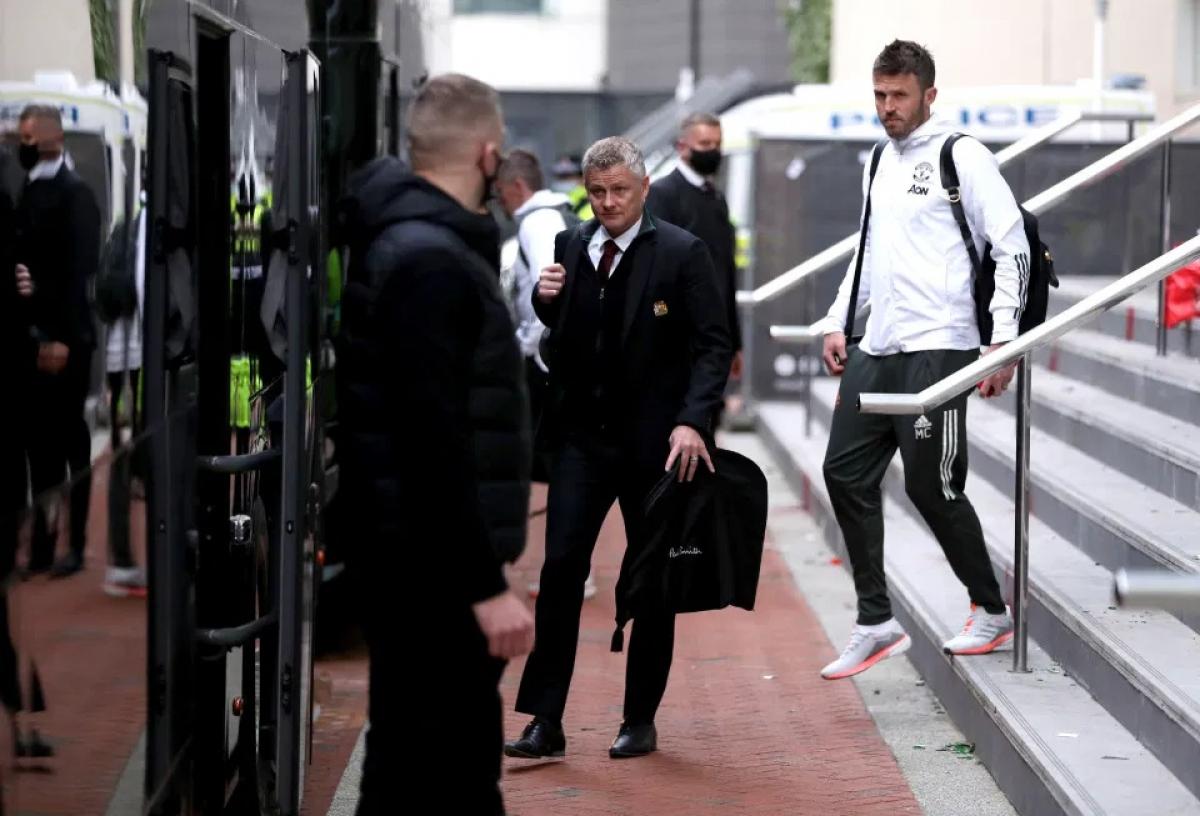 Thầy trò HLV Solskjaer rời khách sạn khoảng 2 tiếng sau khi BTC Premier League thông báo hoãn trận đấu.