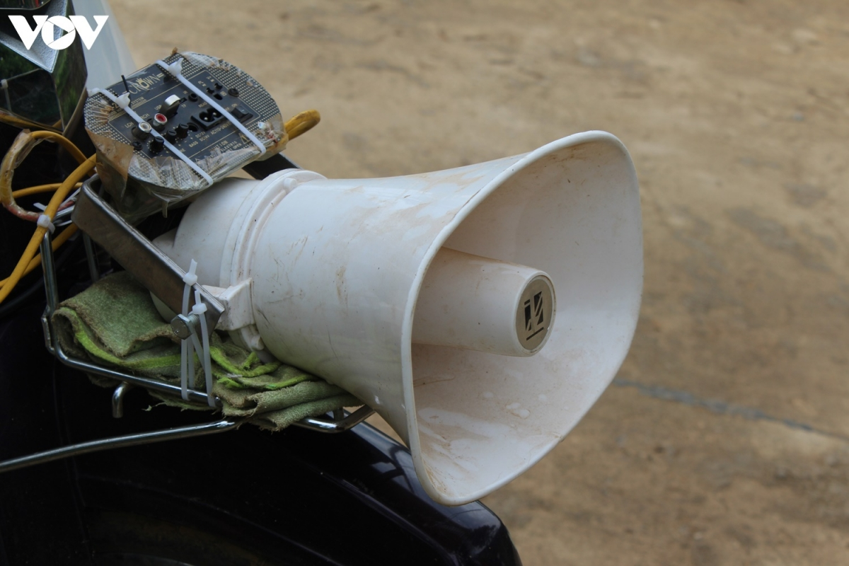 bằng những chiếc xe máy và loa phát thanh buộc chặt trên xe...