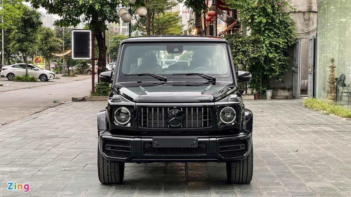 Mercedes-AMG G 63 không còn là cái tên xa lạ trong phân khúc xe sang giá trên10 tỷ đồng. Số lượng xe G 63 xuất hiện tại Việt Nam ngày một nhiều hơn, với cả những phiên bản đặc biệt hoặc có màu sơn lạ như đen Stronger Than Time hay xanh China Blue.