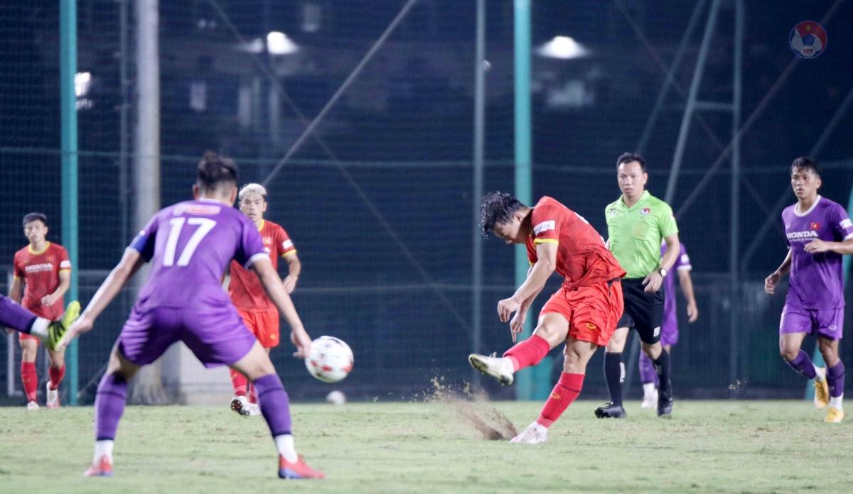 Do quân số hai đội lên đến hơn 70 người, HLV Park Hang Seo đãchia quân số thành 4 đội hình luân phiên thi đấu với nhau.
