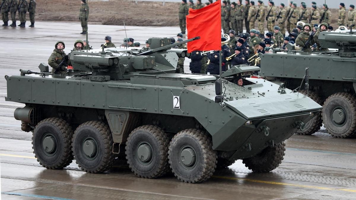 Trong lực lượng bộ binh, còn có các loại xe thiết giáp chở quân Boomerang, Typhooon cùng các xe thiết giáp hạng nhẹ như BMP-2 và BMP-3. Trong ảnh: xe thiết giáp VPK-7829 Boomerang