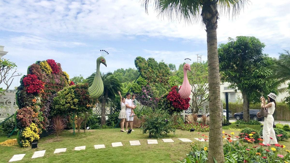 Dưới bàn tay khéo léo của các nghệ nhân hàng đầu, nhiều tiểu cảnh hoa ấn tượng thu hút sự chú ý đặc biệt của du khách, như hình chú chim công khổng lồ, hình lá cờ Tổ quốc, cổng hoa trái tim duyên dáng hay chiếc đàn piano tuyệt đẹp…