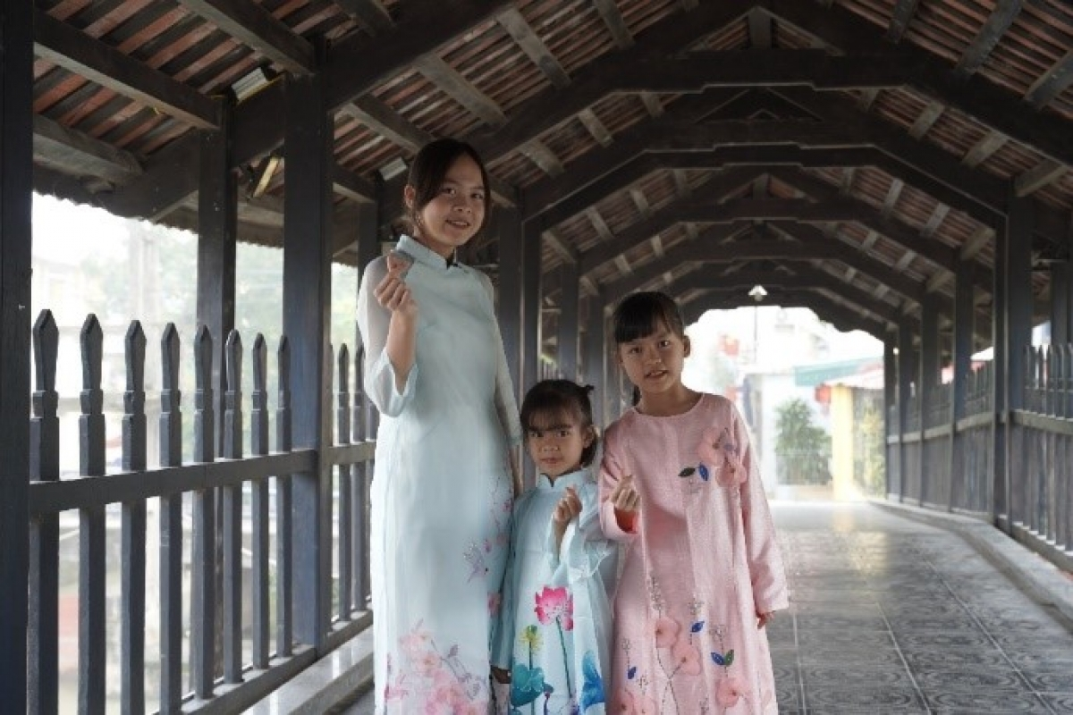 Ba chị em Trang, Giang và Ly duyên dáng trong tà áo dài do Vinamilk trao tặng.