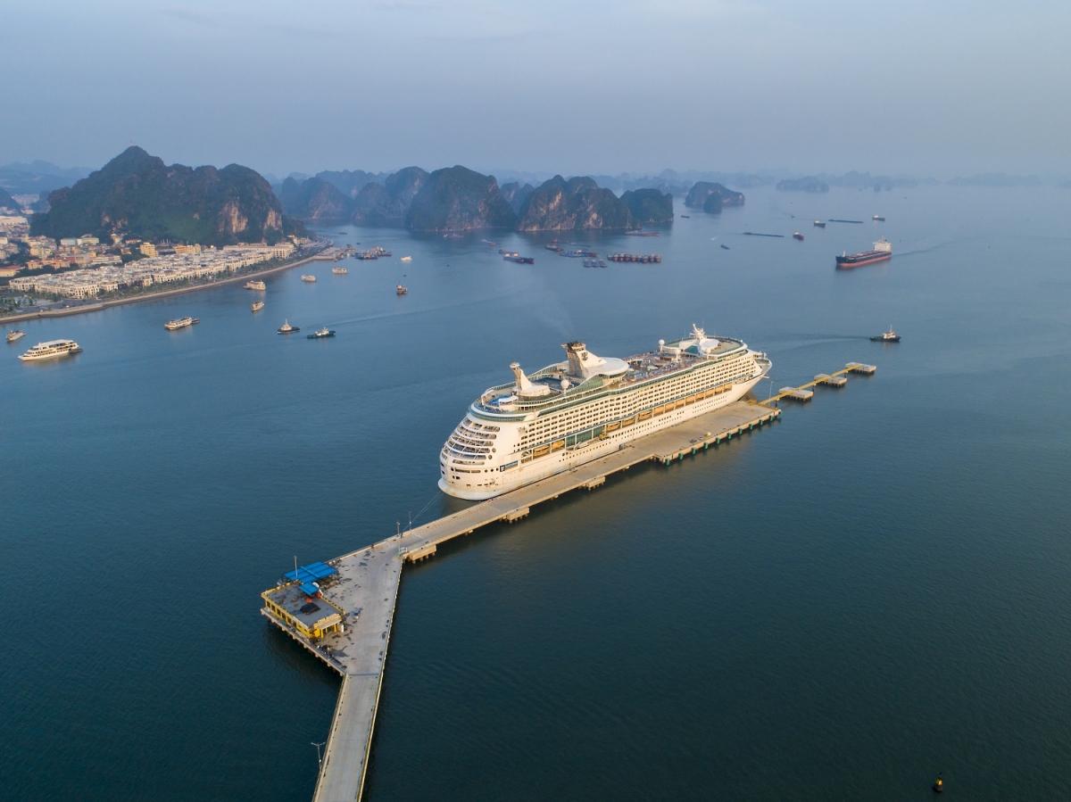 Tàu du thuyền 5 sao cập Cảng tàu khách quốc tế Hạ Long.