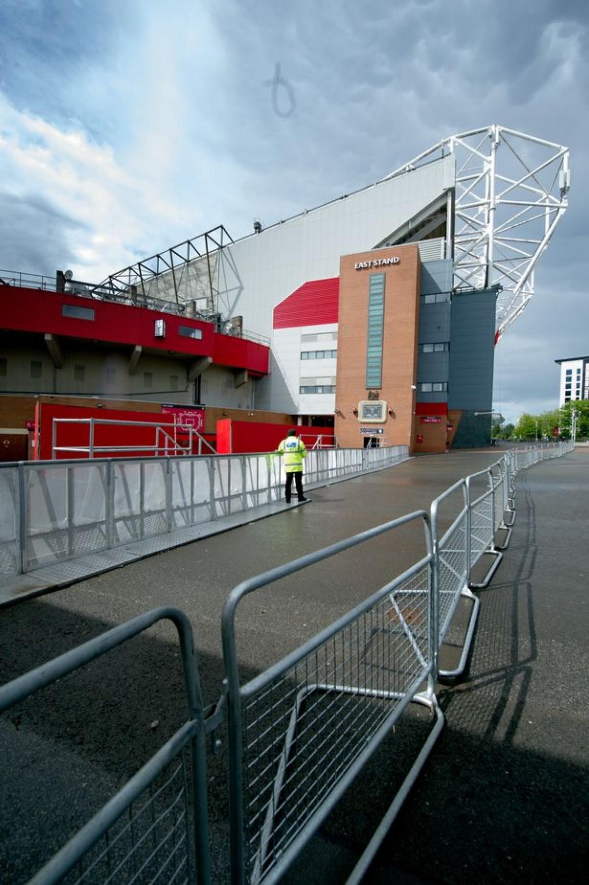 Sân Old Trafford được bao quanh bởi nhiều lớp hàng rào.