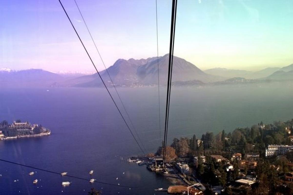 Tuyến cáp treo này đưa hành khách từ thị trấn bên cạnh hồ Maggiore (ảnh) lên đỉnh núi Mottarone. Tư liệu: Gamma-Rapho.