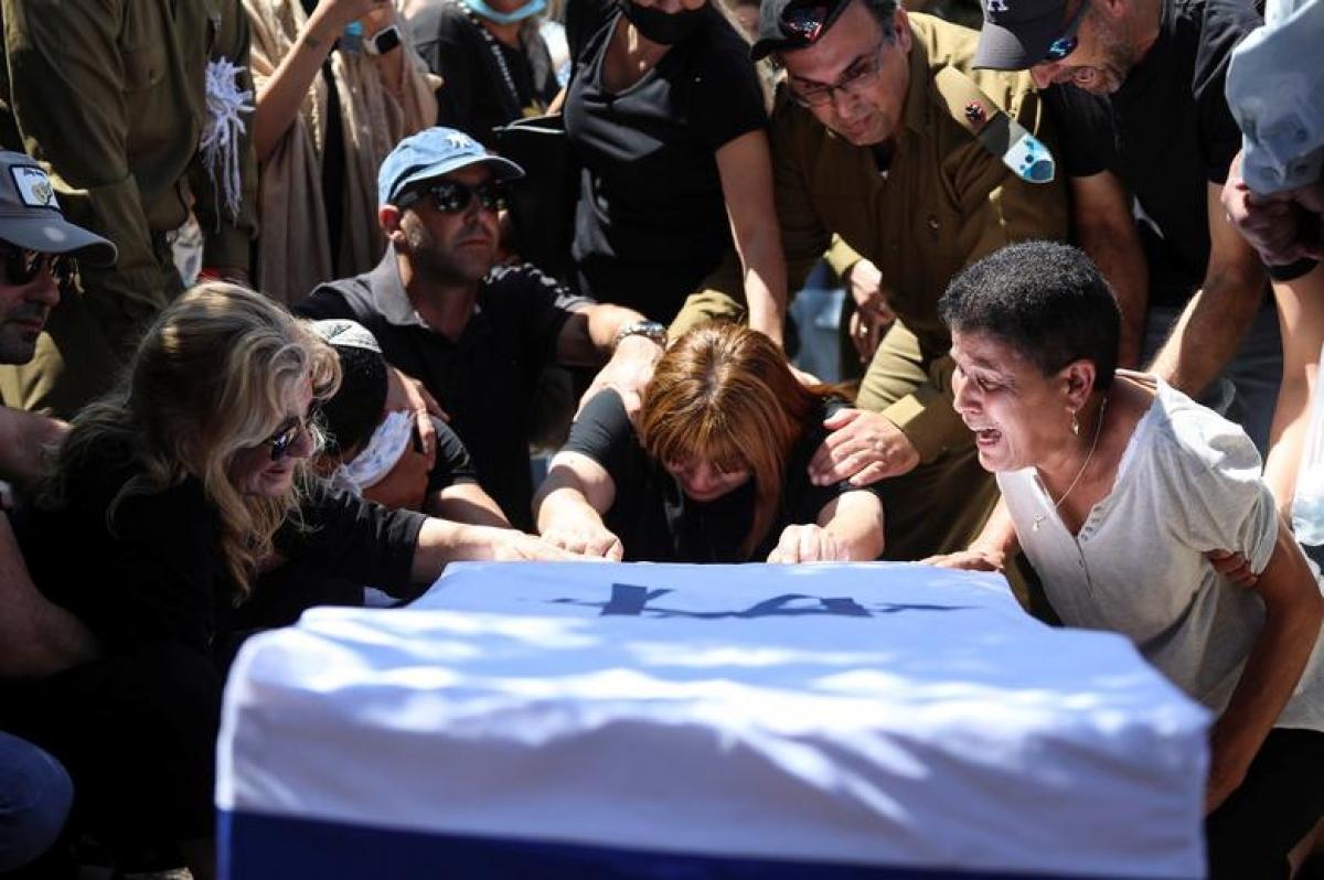 Thân nhân của Tabib gào khóc bên cỗ quan tài phủ quốc kỳ Israel. Ảnh: Reuters.