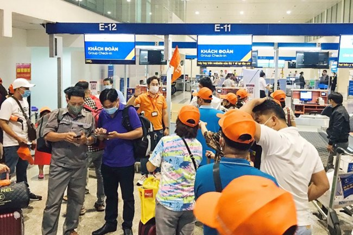 Tourists are seen at the Tan Son Nhat International Airport in HCMC. Tours to the United States for COVID-19 vaccinations will not be organized this year - Photo: VNA