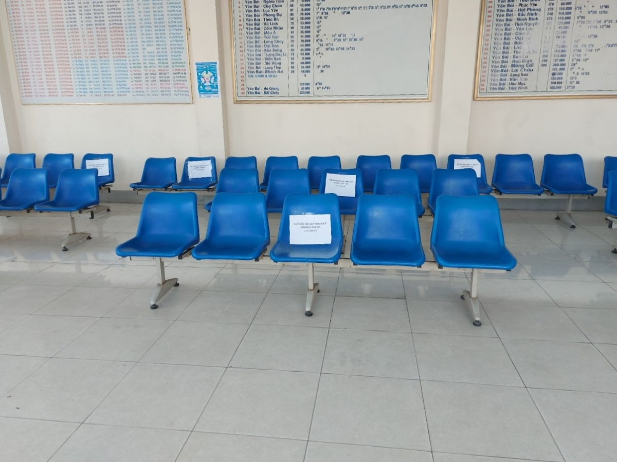Thực hiện giãn cách chỗ ngồi ở phòng chờ bán vé.