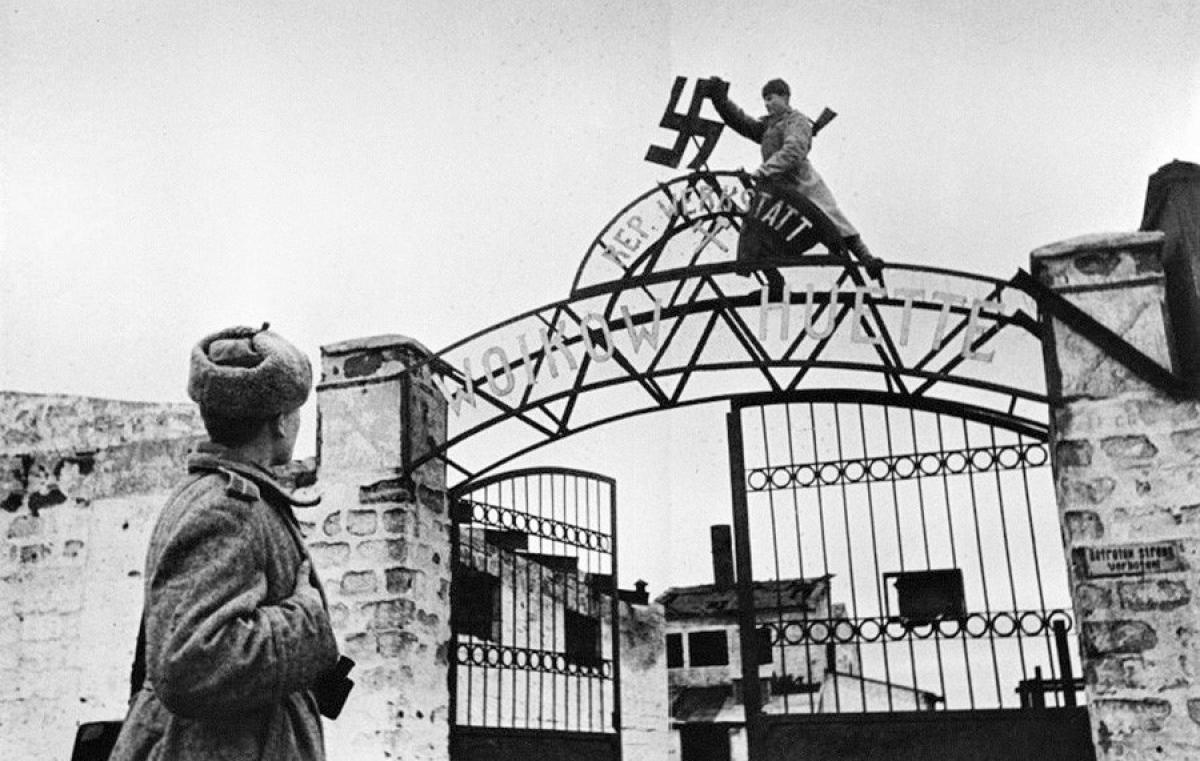 Lính Liên Xô phá bỏ chữ Thập ngoặc từ cổng Nhà máy Voikov ở Kerch, Crimea.