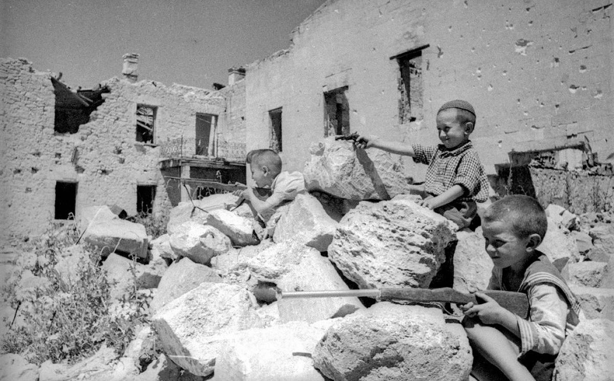 Trẻ em chơi trò chiến tranh, Crimea.