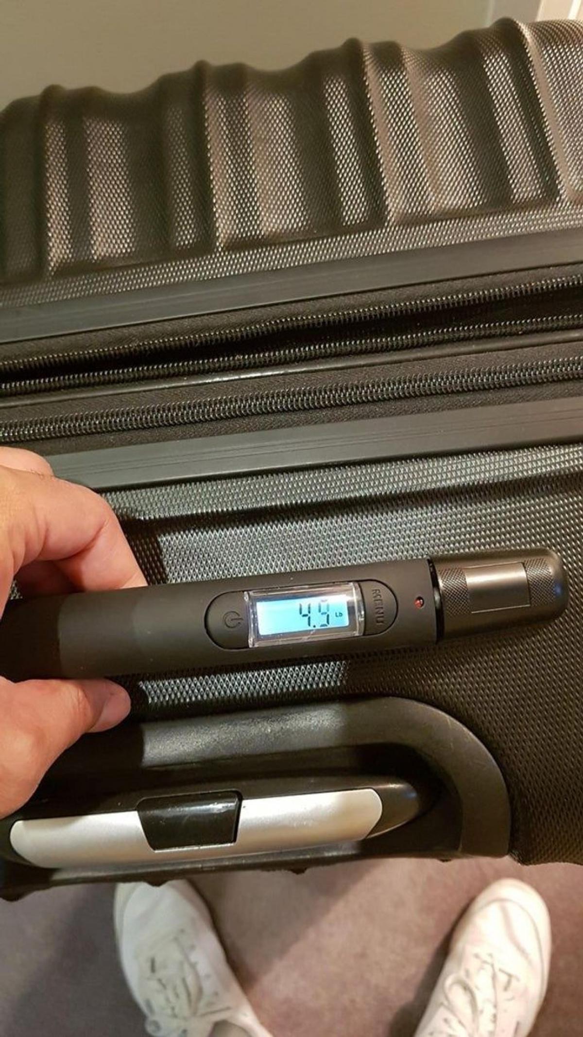 Vali có chức năng cân luôn khối lương, giúp bạn không bị động khi ra sân bay.