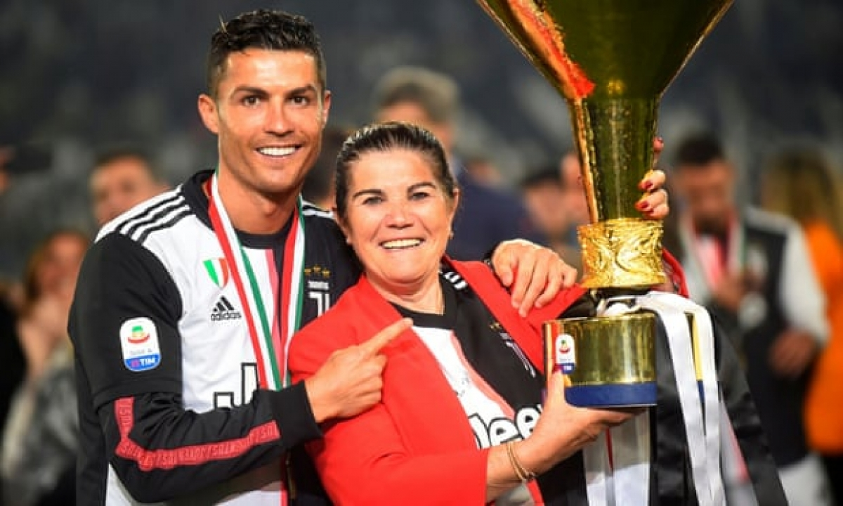 Bà Maria Dolores dos Santos Aveiro muốn con trai trở lại quê nhà chơi bóng (Ảnh: Reuters).