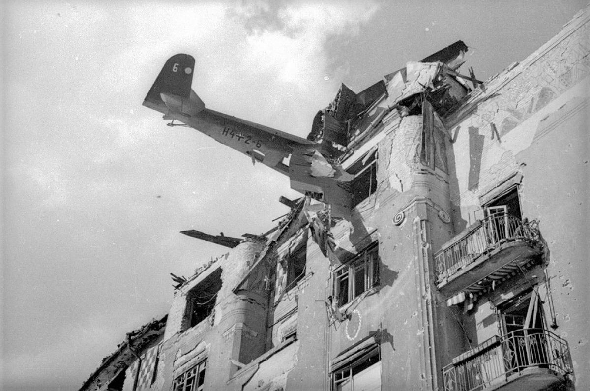 Một máy bay của Đức đâm vào tòa nhà ở Budapest.