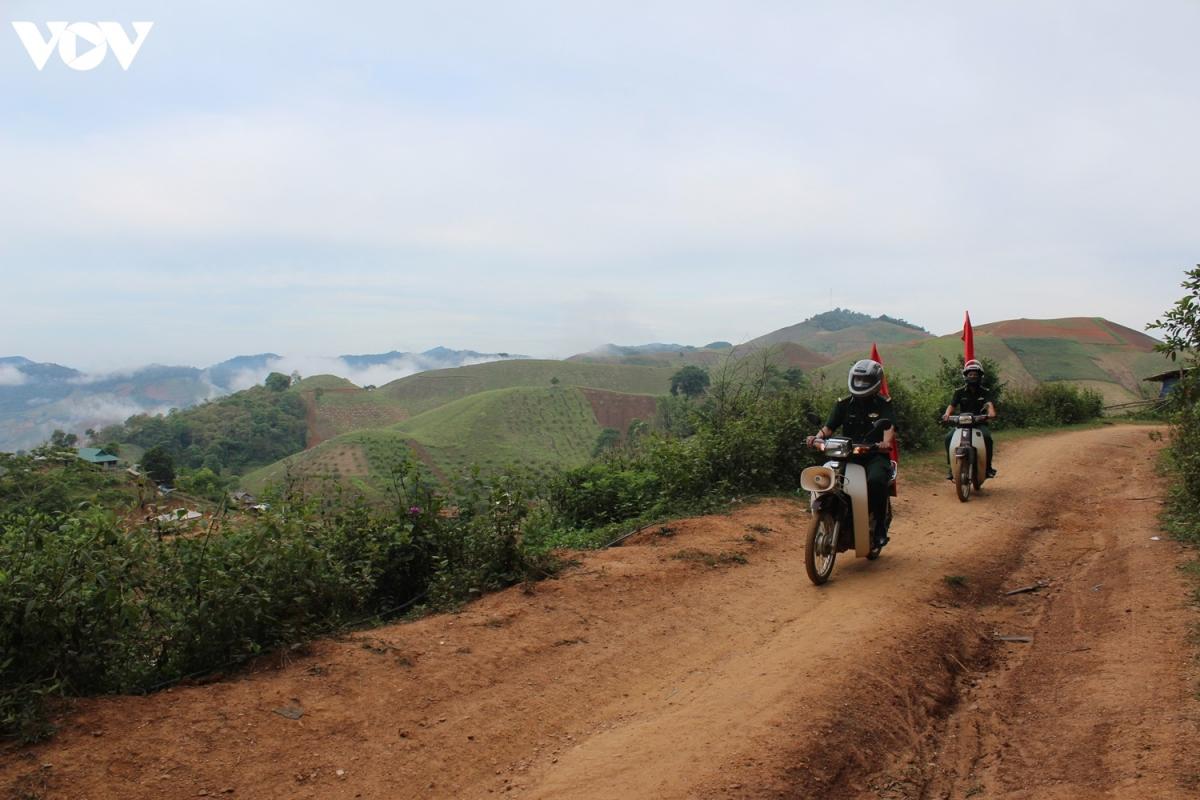 những cán bộ thuộc Đội vận động quần chúng Đồn Biên phòng Chiềng On vượt núi, băng rừng đến các bản làng.