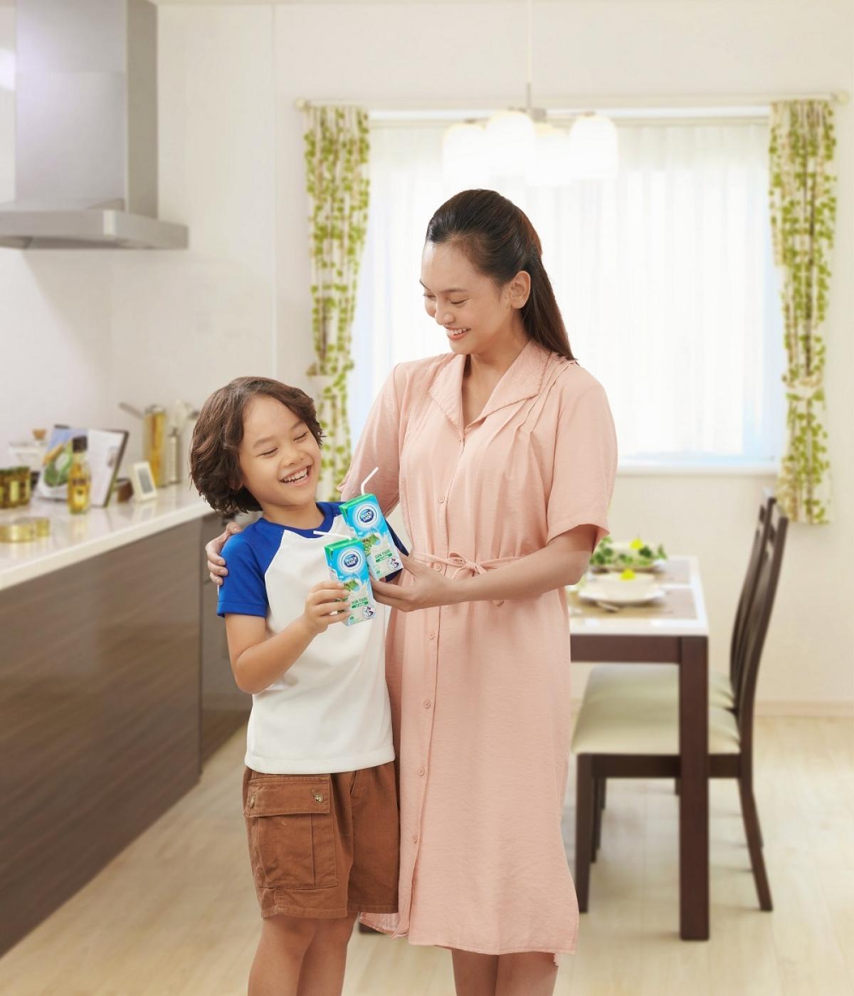 Bổ sung 1 hộp sữa tươi Cô Gái Hà Lan vào bữa sáng để con có khởi đầu ngày mới khỏe mạnh, an toàn trước dịch bệnh, mẹ nhé!