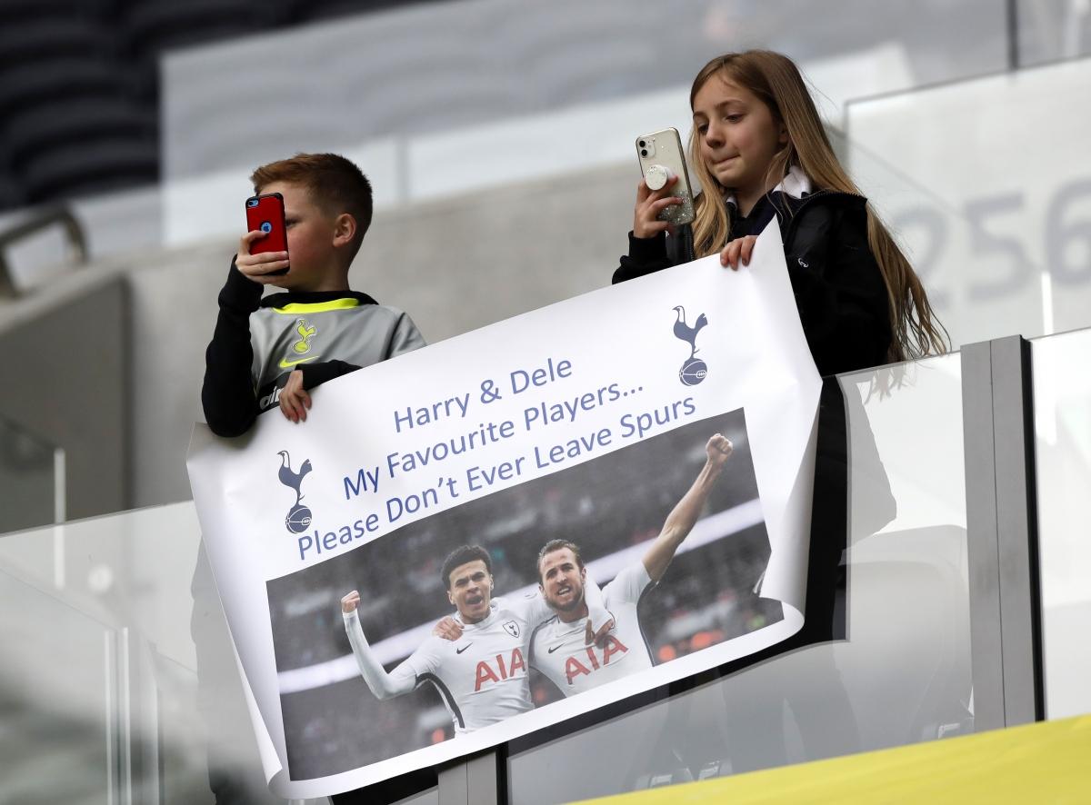 CĐV Tottenham dương biểu ngữ kêu gọi Harry Kane ở lại.
