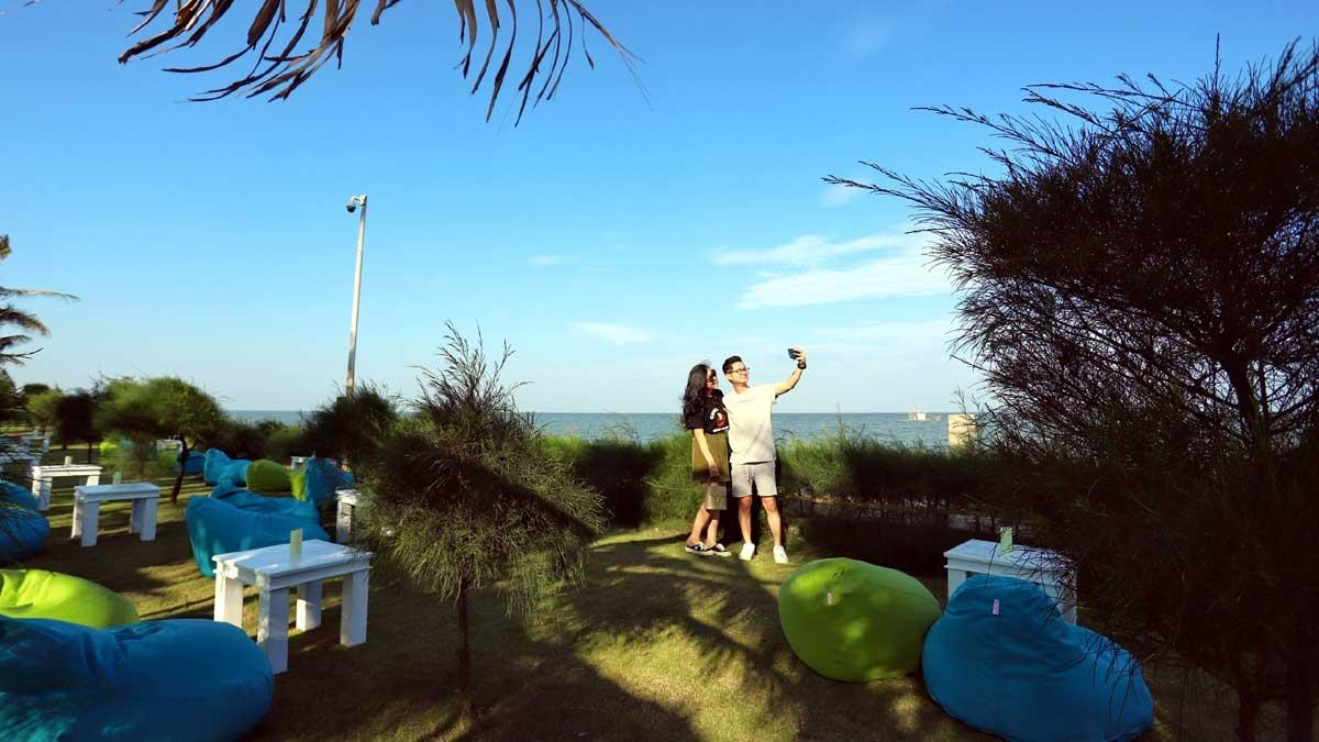 Khu vực được du khách yêu thích nhất là không gian sát biển của Aqua Chill Bar. Từ những chiếc ghế lười êm ả được bố trí ngay cạnh tán cây xanh mát, du khách có thể ngắm nhìn đại dương mênh mang như chỉ cách vài bước chân và đây cũng là background tuyệt đẹp cho những bức ảnh sống ảo.