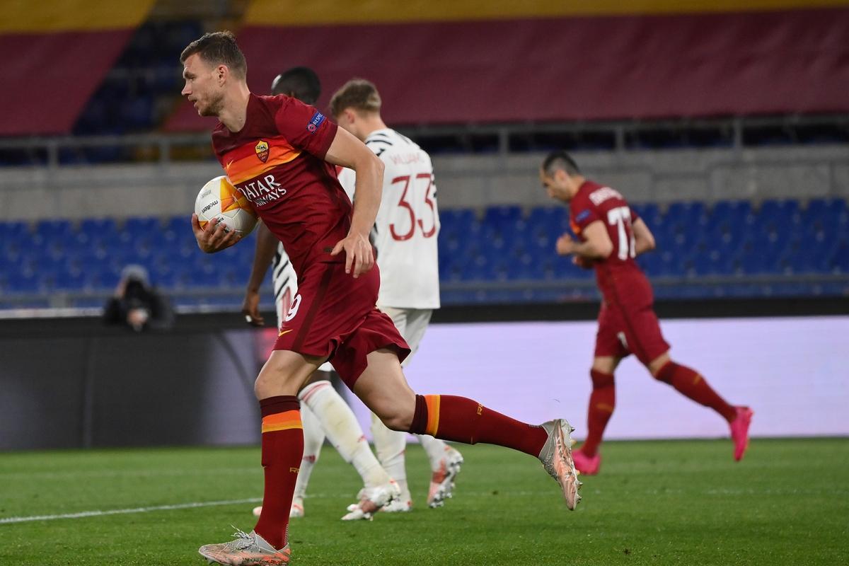 Sau giờ nghỉ, AS Roma liên tiếp ghi 2 bàn nhờ công của Dzeko (56') và Cristante (60'). (Ảnh: Getty)