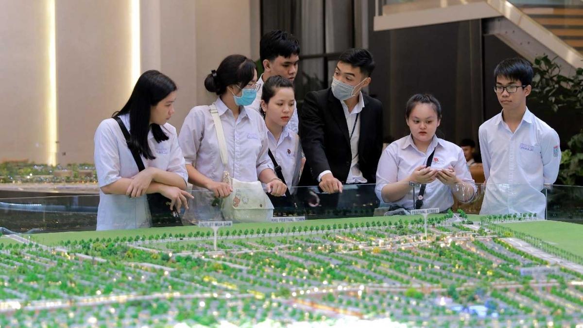 Tập đoàn Novaland tiếp nhận hơn 30 sinh viên thực tập tại các sàn giao dịch bất động sản.