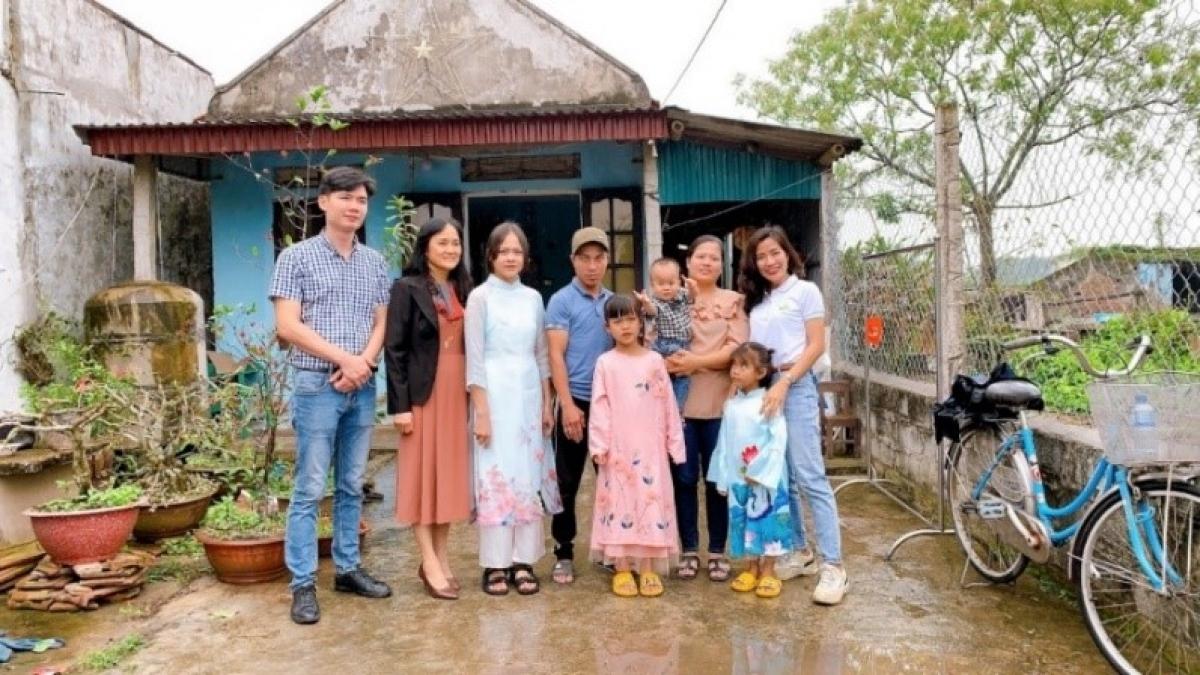 Cả gia đình và đại diện lá lành Vinamilk cùng nhau chụp những bức ảnh kỷ niệm để ghi dấu ngày đặc biệt này.